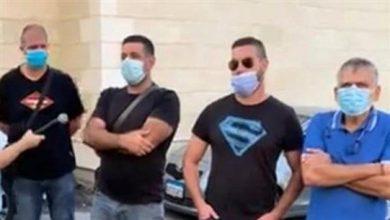 صورة اعتصام في عين الدلب رفضا لإقفالها بسبب حالة كورونا واحدة