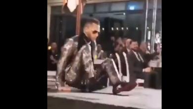 صورة شاهدوا لحظة سقوط محمد رمضان على الأرض أثناء تكريمه في دبي.. ومتابعون يسخرون