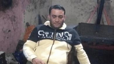 صورة أب بلا إنسانية ولا رحمة.. جرّد رضيعته من ملابسها في الشارع وهدد بحرقها! (صورة)