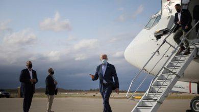صورة في أول رحلة له على متن الطائرة الرئاسية.. بايدن يتوجه إلى منزله القديم لمساعدة زوجته