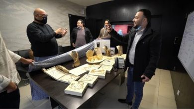 صورة بالصور والفيديو… رجل أعمال يوزع ذهبا وهواتف آيفون على موظفيه!