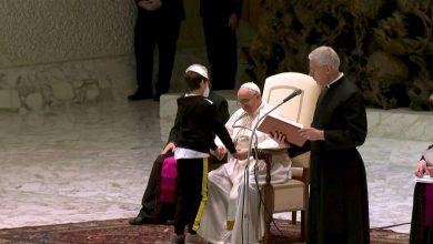 صورة طفل حاول الحصول على قلنسوة البابا فرنسيس… كيف كانت ردة فعله؟ (فيديو)